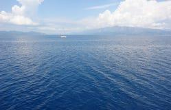 L'yacht in mare ionico immagine stock libera da diritti