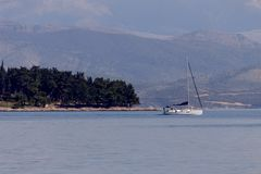L'yacht naviga i galleggianti sul mare aperto fotografie stock