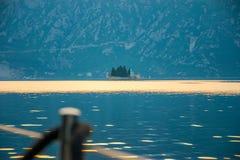 L'yacht naviga vicino all'isola pittoresca di Gospa il od Skrpela Immagini Stock Libere da Diritti