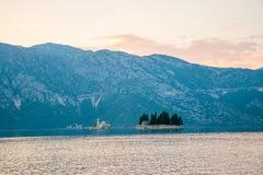 L'yacht naviga vicino all'isola pittoresca di Gospa il od Skrpela Fotografia Stock Libera da Diritti