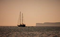 L'yacht nel mare, Mountain View, la gente sta navigando in barche vicino immagine stock