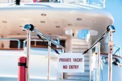 L'yacht privato nessun'entrata ha proibito il segno fotografie stock libere da diritti