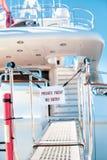 L'yacht privato nessun'entrata ha proibito il segno immagine stock libera da diritti