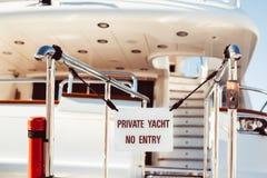 L'yacht privato nessun'entrata ha proibito il segno fotografie stock