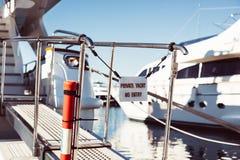 L'yacht privato nessun'entrata ha proibito il segno immagini stock