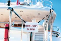 L'yacht privato nessun'entrata ha proibito il segno fotografia stock
