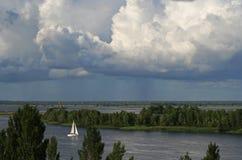 L'yacht sta navigando sul fiume fotografia stock libera da diritti