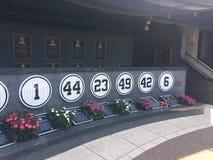 L'Yankee Stadium si è ritirato i numers che onorano i giocatori di baseball passati, New York immagine stock libera da diritti