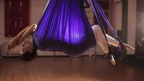 L'yoga antigravità, donna che fa l'yoga esercita dell'interno video d archivio