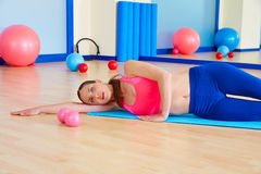 L'yoga della donna di Pilates si rilassa l'allenamento di esercizio alla palestra Immagine Stock