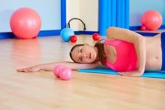 L'yoga della donna di Pilates si rilassa l'allenamento di esercizio alla palestra Fotografie Stock