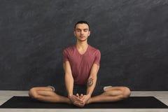 L'yoga di pratica del giovane, si rilassa la posa di meditazione immagini stock