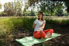 """L'yoga e si rilassa donna sorridente del †""""nella posa di yoga Fotografia Stock Libera da Diritti"""