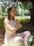 L'yoga e si rilassa - la giovane donna nella posa di yoga Fotografie Stock Libere da Diritti