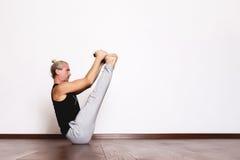 L'yoga, yoga posa, Yogi nel corridoio in una posa Immagine Stock