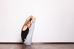 L'yoga, yoga posa, Yogi nel corridoio in una posa Immagini Stock
