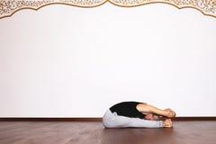 L'yoga, yoga posa, Yogi nel corridoio in una posa Immagini Stock Libere da Diritti