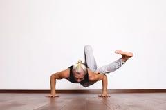 L'yoga, yoga posa, Yogi nel corridoio in una posa Fotografie Stock