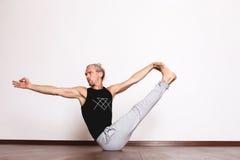 L'yoga, yoga posa, Yogi nel corridoio in una posa Fotografia Stock Libera da Diritti