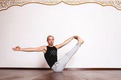 L'yoga, yoga posa, Yogi nel corridoio in una posa Fotografia Stock