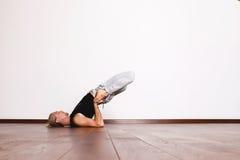 L'yoga, yoga posa, Yogi nel corridoio in una posa Immagine Stock Libera da Diritti