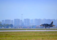L-39ZA ALBATROS débarquant l'aéroport de Sofia Photos stock