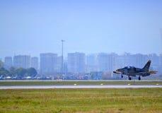 L-39ZA ALBATROS som landar den Sofia flygplatsen Arkivfoton