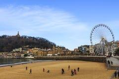 La在圣塞瓦斯蒂安,西班牙的外耳海滩 在距离老镇 免版税库存照片