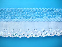 Laço azul e bordado branco Fotografia de Stock Royalty Free
