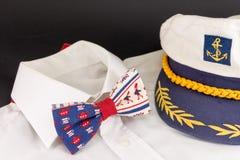 Laço, camisa e chapéu de um capitão imagens de stock