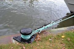 Laço da amarração na costa do rio Fotos de Stock