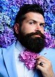 Laço da flor de Vogue Homem no terno azul Barba farpada do homem e da flor Gravata da mola Homem de negócio elegante classical fotos de stock royalty free