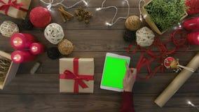 Laço da vista superior um presente de Natal da curva vídeos de arquivo