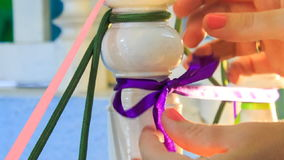 Laço das mãos da mulher do close up na tira violeta da curva video estoque