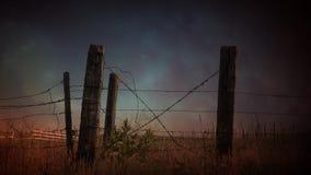 Laço de aproximação da tempestade 4k da cerca do arame farpado do país filme