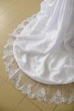 Laço de um vestido de casamento em um assoalho. Imagens de Stock Royalty Free
