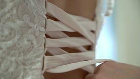La?o do la?o no vestido de casamento vídeos de arquivo
