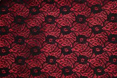 Laço preto no cetim vermelho fotografia de stock royalty free