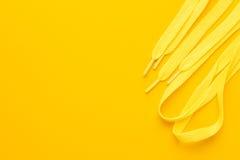 Laços de sapata amarelos Fotografia de Stock