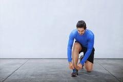 Laços de sapata asiáticos novos do esporte do laço do homem antes de correr fotos de stock