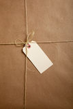 Laços de uma caixa de transporte com corda com uma etiqueta em branco Fotos de Stock Royalty Free