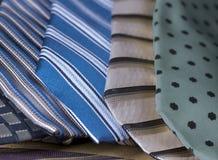 Laços do pescoço nas diagonais e nos testes padrões fotos de stock