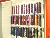 Laços do pescoço no indicador para a venda. Imagem de Stock