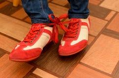 Laços encadernados de duas sapatas dos esportes Fotografia de Stock