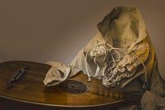 Laúd de la guitarra de Oud y camisa barroca rústica blanca Imagen de archivo libre de regalías
