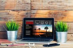Lać się serie app w laptopie Dopatrywanie seriale telewizyjni fotografia royalty free