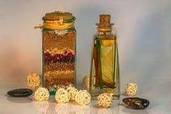 La与草本和香料球&黑石头的Dispensa盐 库存图片