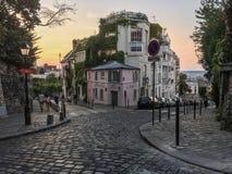 La两条街道的角落的Maison罗斯在蒙马特,巴黎,法国的,日落的 库存照片