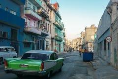 从La哈瓦那中心,古巴牛奶店古巴生活的街道视图,移动一般成象 库存照片