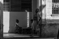 La哈瓦那,古巴,古巴画象系列,有两个女孩的老妇人支持 免版税库存照片